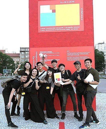 中原室設碩魏以安(右一)等人代表台灣參加布拉格劇場設計四年展,勇奪「學生館」最大...