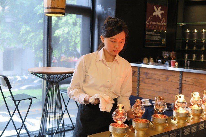 2019 WSC台灣區虹吸咖啡大賽:殿軍-張羽蓁,操作示範比賽過程。 蔣佳璘/攝...