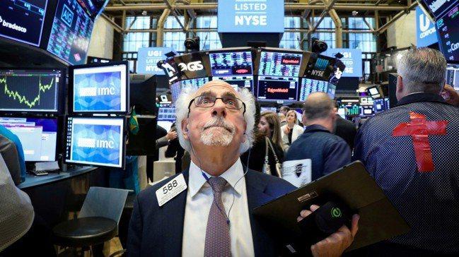 分析師認為,在Fed降息後,不應急著進場投資。圖/路透