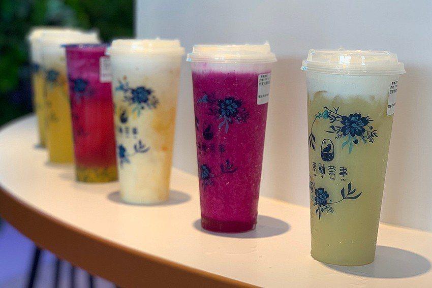 以青茶為基底,搭配各式花果調配完美比例,強調視覺的堆疊與口味的和諧。 青釉茶事/...