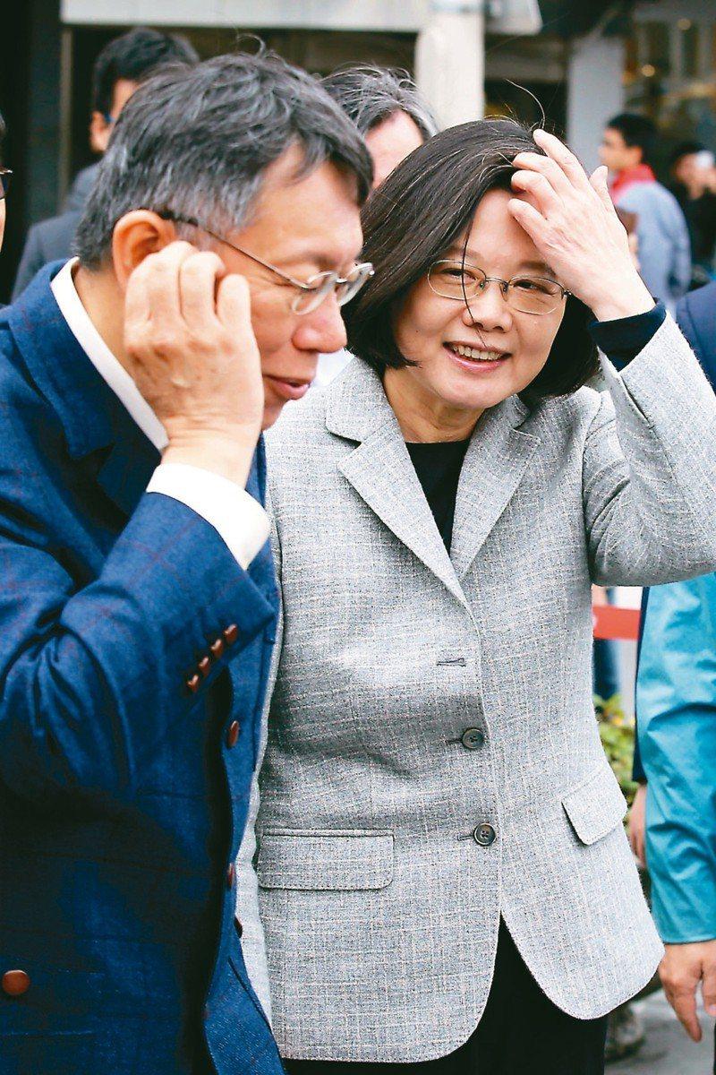 台北市長柯文哲(左)與蔡英文總統(右)相繼出訪。 圖/聯合報系資料照片