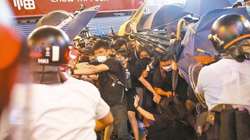 香港民眾最近大規模抗議,爆發警民衝突。 路透