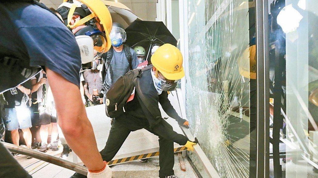圖為日前香港反送中抗爭,大批示威者將立法會落地玻璃擊破,進入立法會大樓內。 報系...