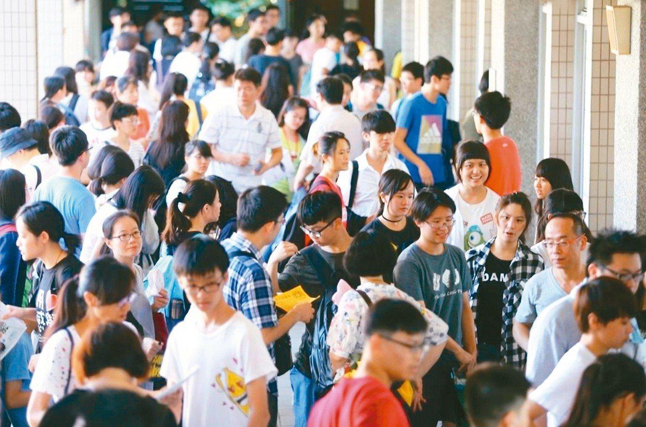 108學年度大學考試入學分發管道今天放榜,今年最年長錄取者是69歲考生。 圖/...
