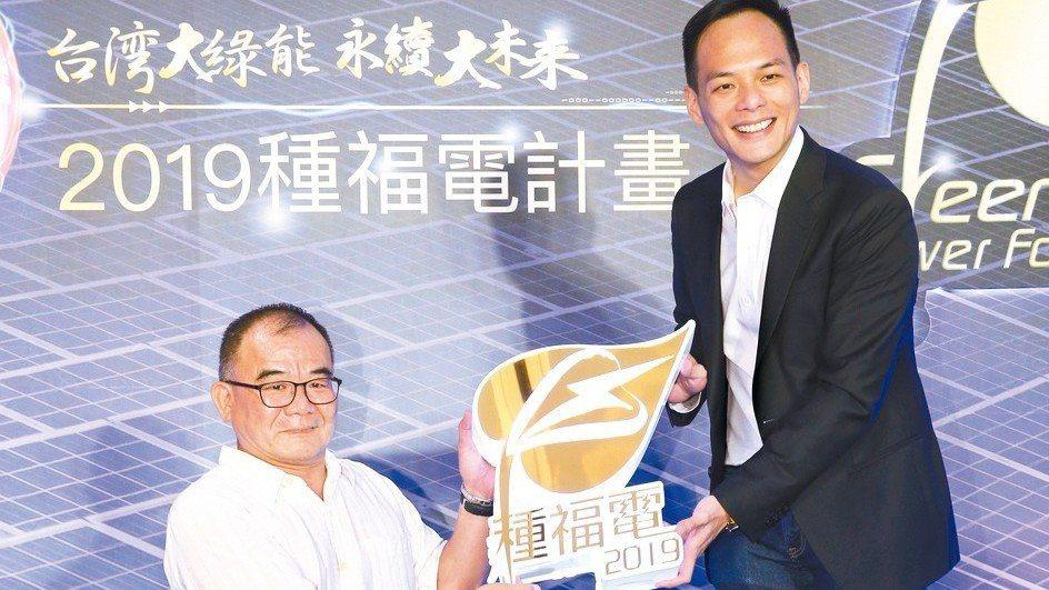 台灣大總經理林之晨(右)與脊損中心主任林洋彬(左)昨出席「種福電計畫」記者會,支...