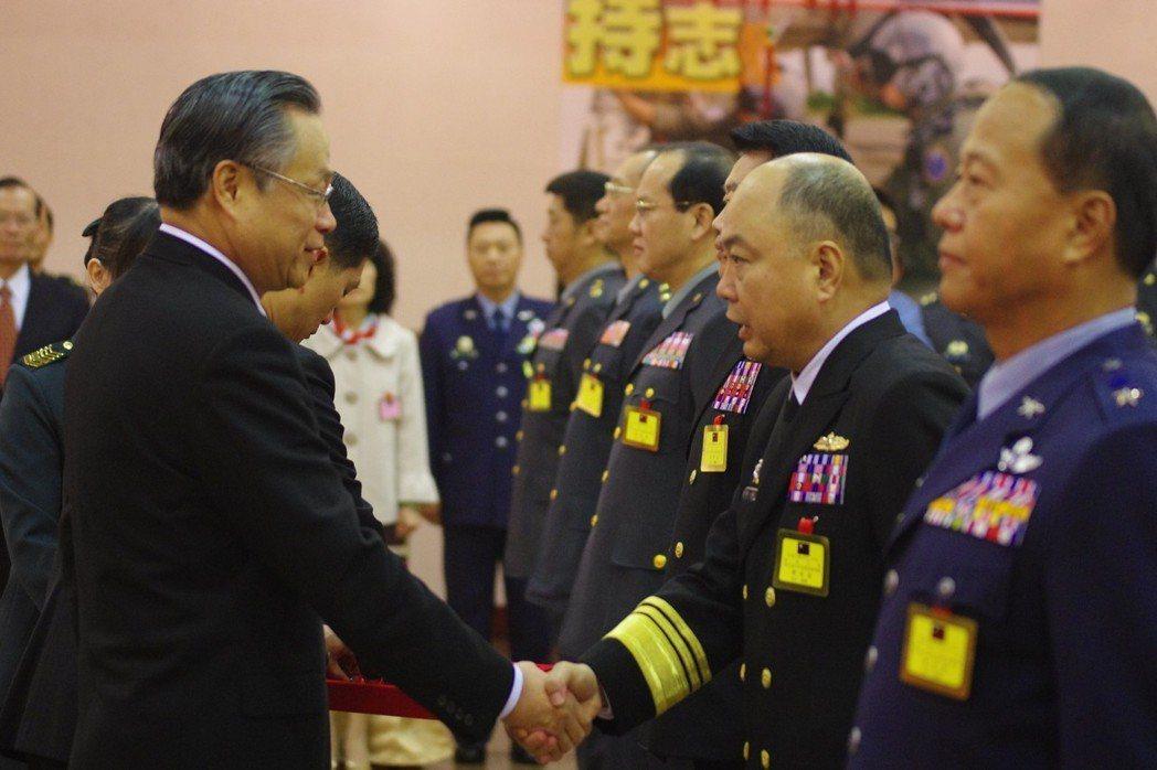 102年底的晉任典禮,國防部長嚴明(左)替海軍中將蕭維民(右)掛階:嚴明先將少將...