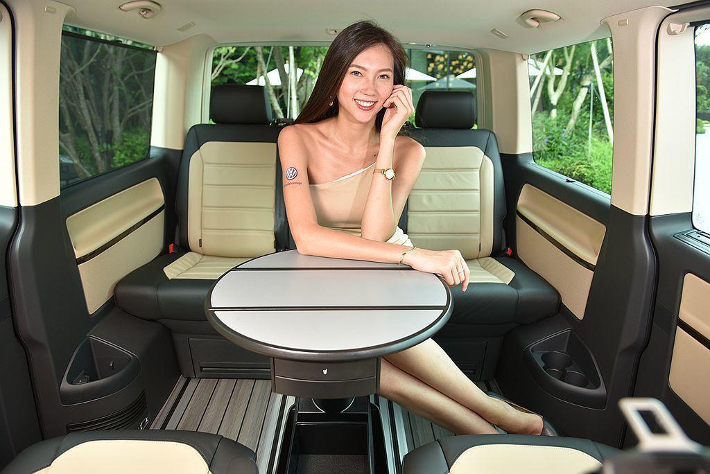 獨立操作的多功能圓桌可在無段式滑軌上移動,第三排座椅具備前後滑移機能,椅背無需傾...