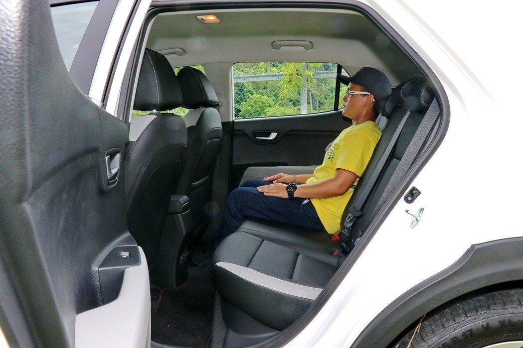 後座車室空間堪用,但如果三人滿載可能會比較吃力。 記者陳威任/攝影