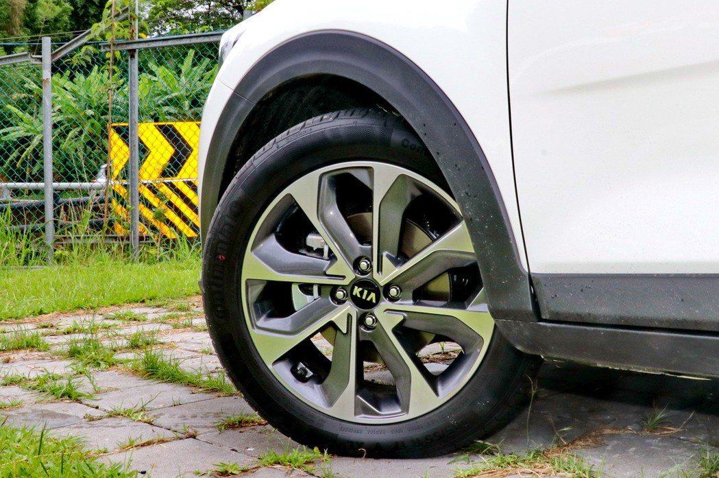 17吋雙色鋁合金造型輪圈。 記者陳威任/攝影