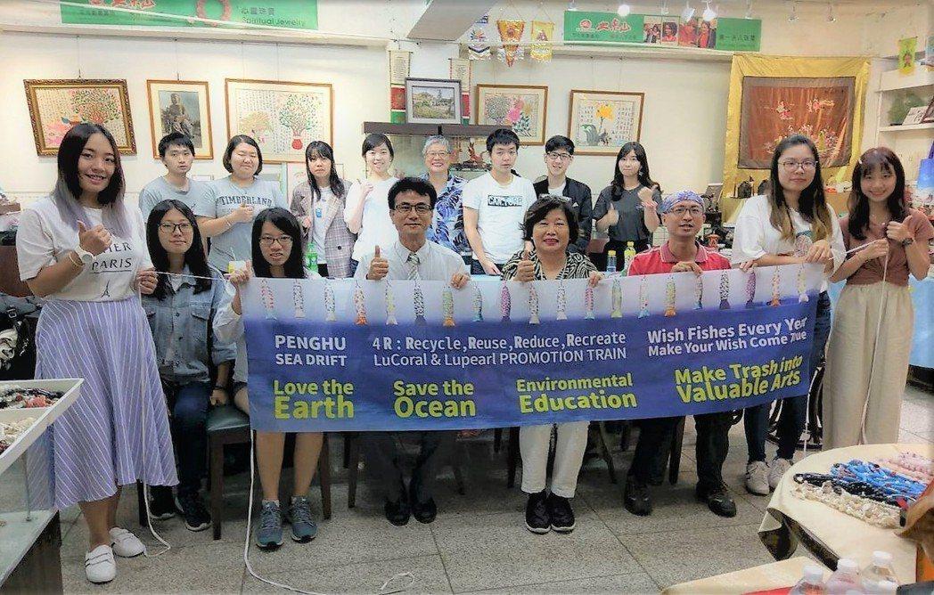 公信企業社會總經理陳全成(第一排左二)講授社會企業與群眾募資案例經驗分享,教導學...