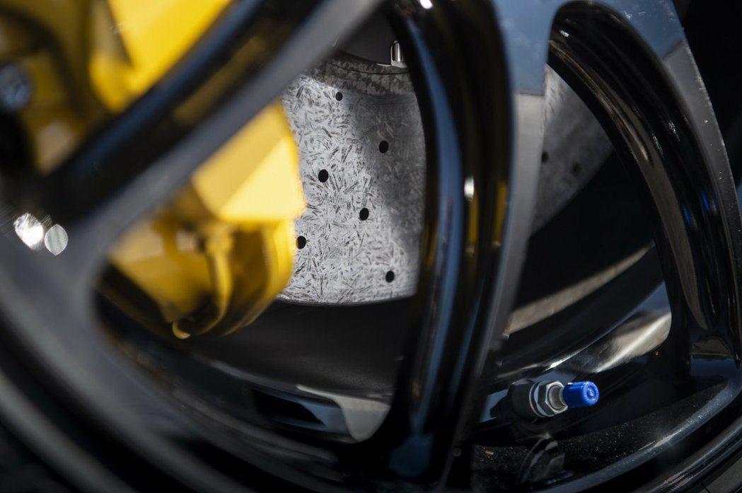 碳纖維陶瓷煞車。 摘自Nissan