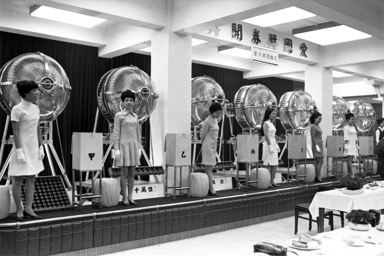 愛國獎券的開獎情形,圖為台灣銀行為改進搖獎技術,向法國買到的最新型的搖獎機。聯合...