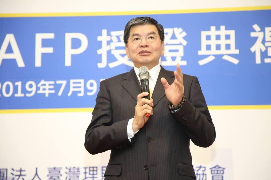 臺灣理財顧問認證協會理事長李長庚致詞表示,臺灣總計有七家金融機構的CFP持證人數...
