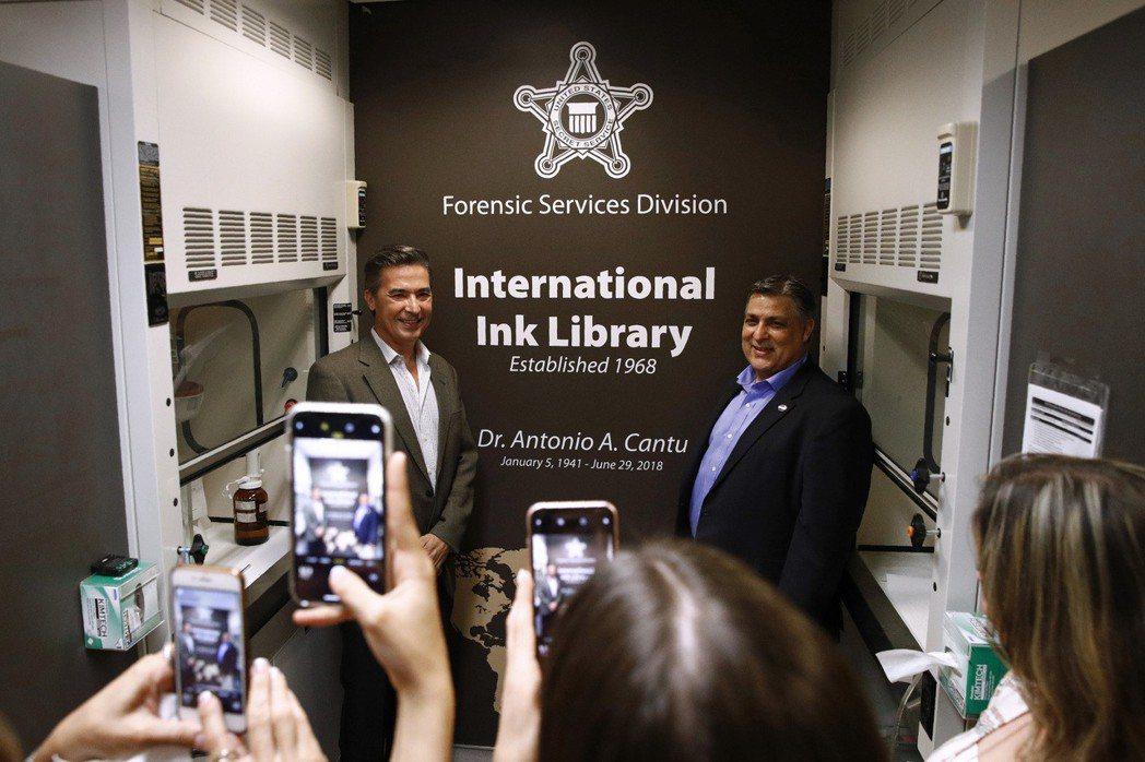 美國特勤局上月27日在鑑識部門成立「國際墨水圖書館」,紀念美國特勤局前首席化學家...