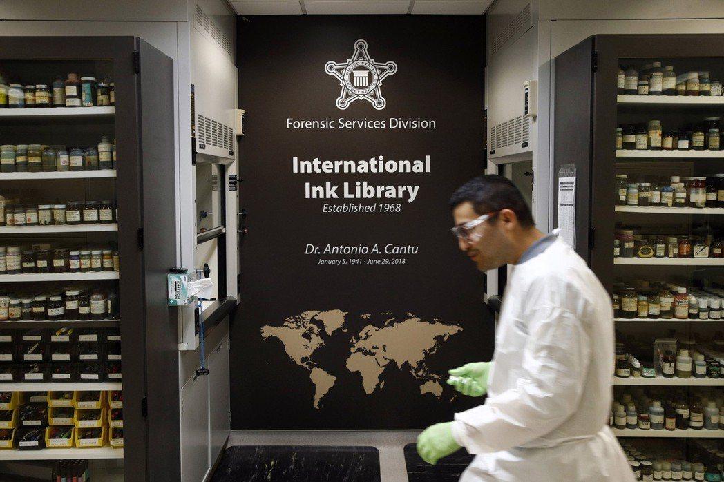美國特勤局鑑識部門的「國際墨水圖書館」收集了一萬五千種墨水,供鑑識之用。 (美聯...