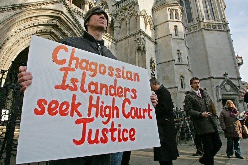 2007年,查戈斯島民及聲援者於倫敦上訴法院外,抗議英國政府拒絕讓島民返回查戈斯...