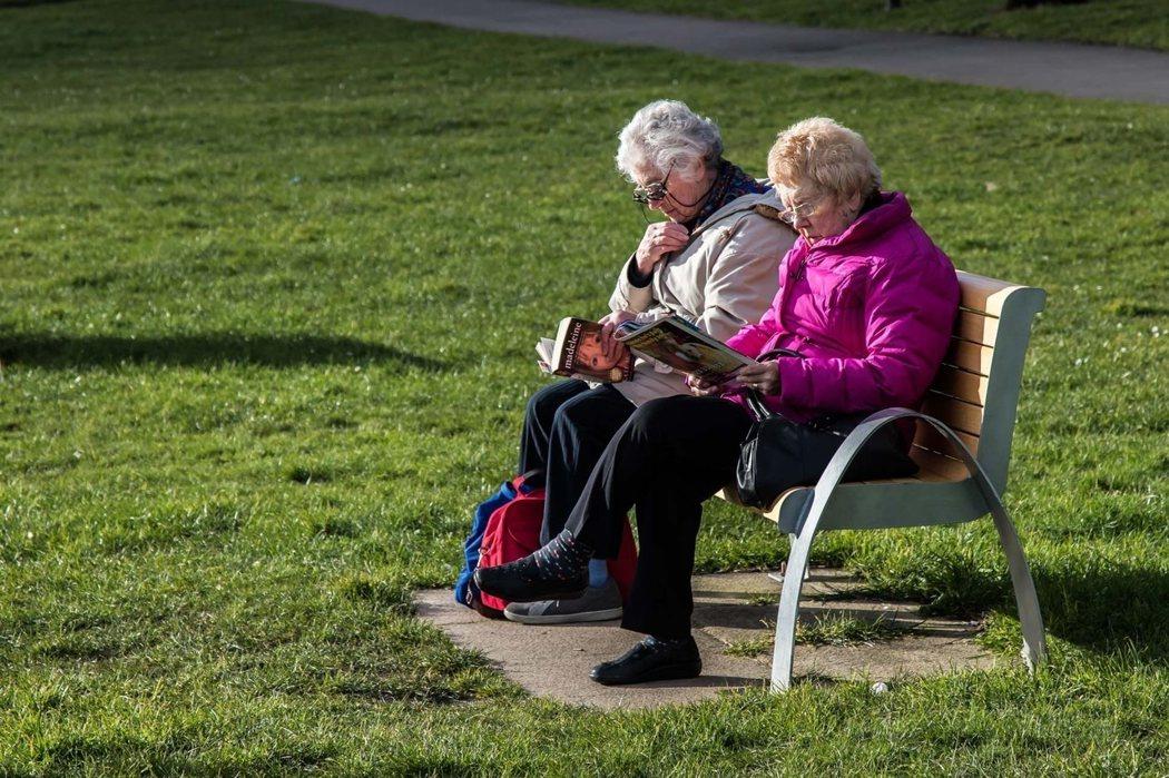 在公園中常見年長者散步或是享受午後陽光