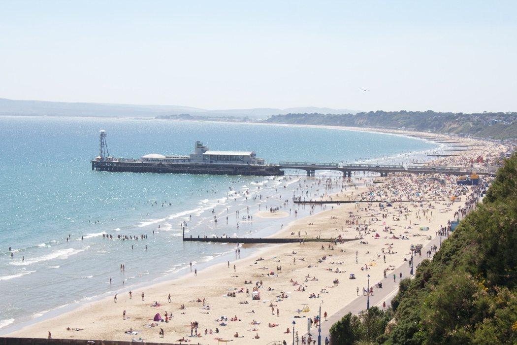 夏天時的海邊,英國各地的觀光客都來享受陽光