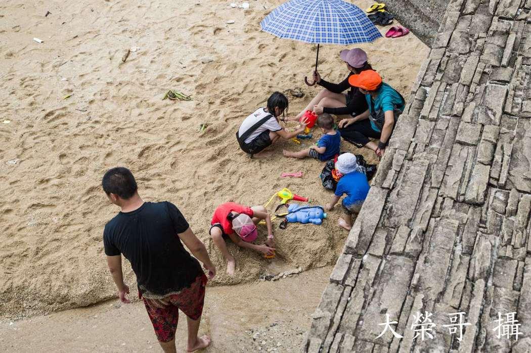 杉福漁港親子玩沙。