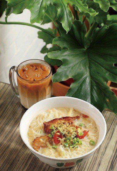 魚頭米粉220元(前)/費時熬煮超過8小時的魚頭湯底,並加入小魚乾、紅蘿蔔、番茄...