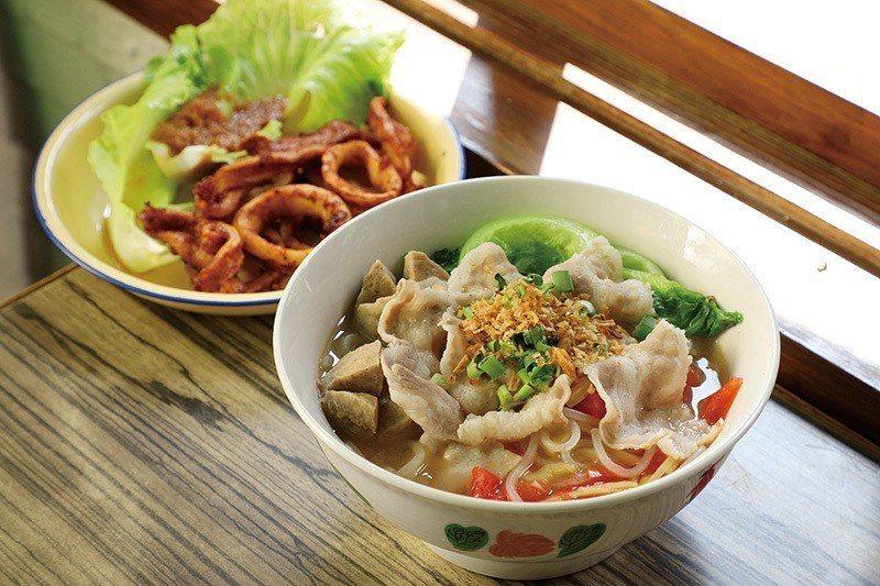 豬肉粉220元(前)/不同於魚頭米粉的湯底,以貢丸、新鮮蔬菜與豬肉片激盪出不同風...