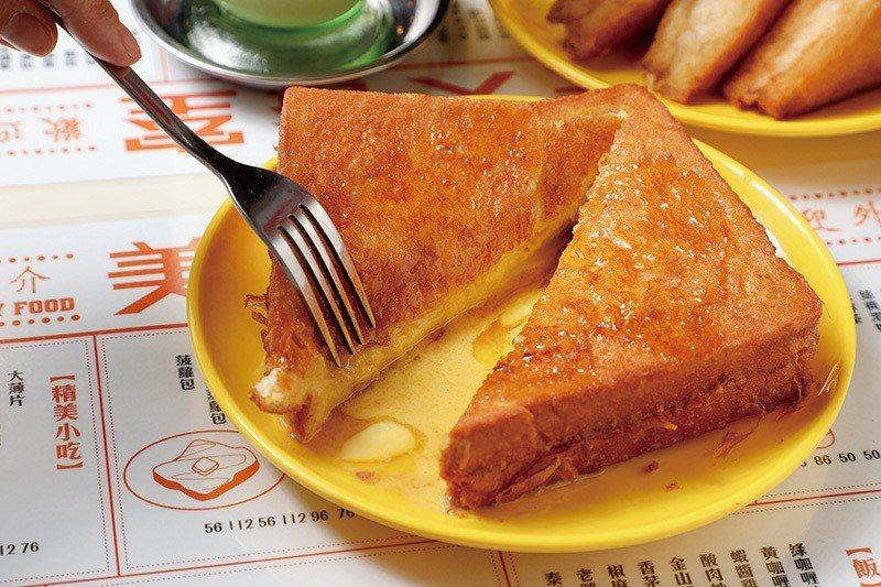 金沙西多士102元/自製鹹蛋黃金沙醬,切開瞬間畫面引人食欲大開,建議3~4人共享...