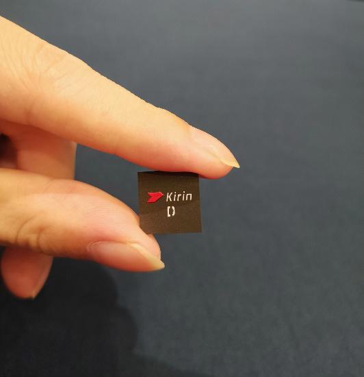 華為首次展示「麒麟810實體晶片」,將在即將發售的榮耀9X上出現。(搜狐網)