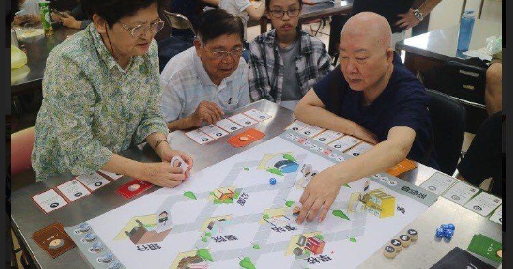 透過桌遊的互動,不僅可讓長者學習防詐知識,還可提升認知能力,促進正向老化並強化代...