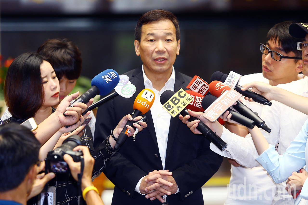 鍾小平上午受訪時表示,離開黨絕不口出惡言,但理念不對就應該離開。記者杜建重/攝影