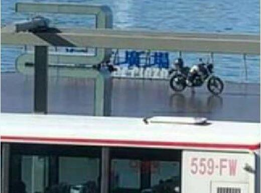 基隆市海洋廣場日前有一輛大型重機違規停放,被人貼到臉書社群引發大批網友批評太囂張...