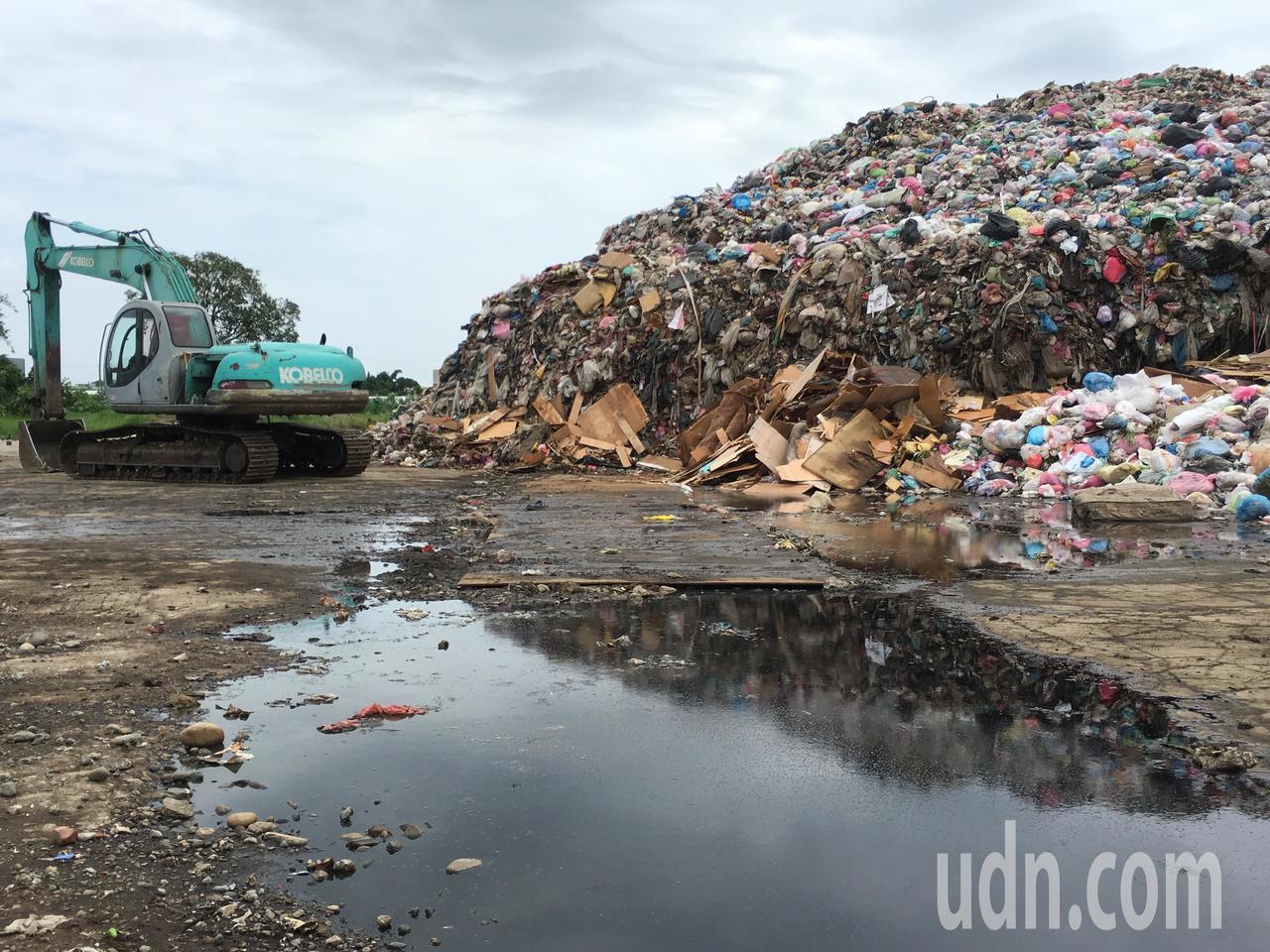 雲林縣斗六市位於虎溪里的轉運站堆置2萬多噸垃圾,近日天氣溼熱,轉運站散發濃烈酸臭...