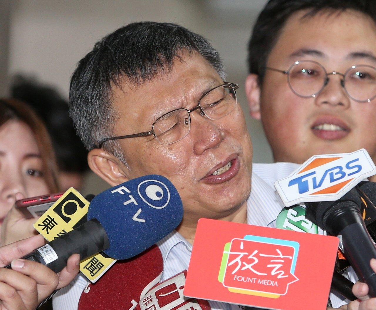 台北市議員鍾小平日前說柯文哲會選總統,他也會退出國民黨支持柯,柯市長上午面對相關...