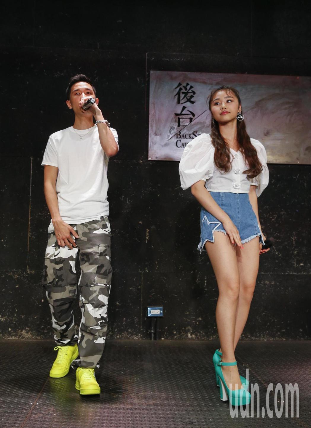日本新生代音樂人RIRI(右)和KEIJU(左)下午在台大後台咖啡舉行記者會,兩...