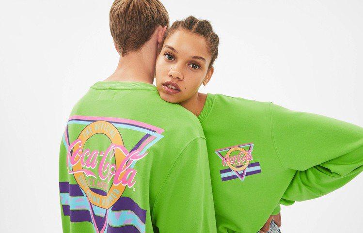 Bershka與可口可樂聯名融合前衛螢光色系,設計三款限量中性上衣。圖/Bers...