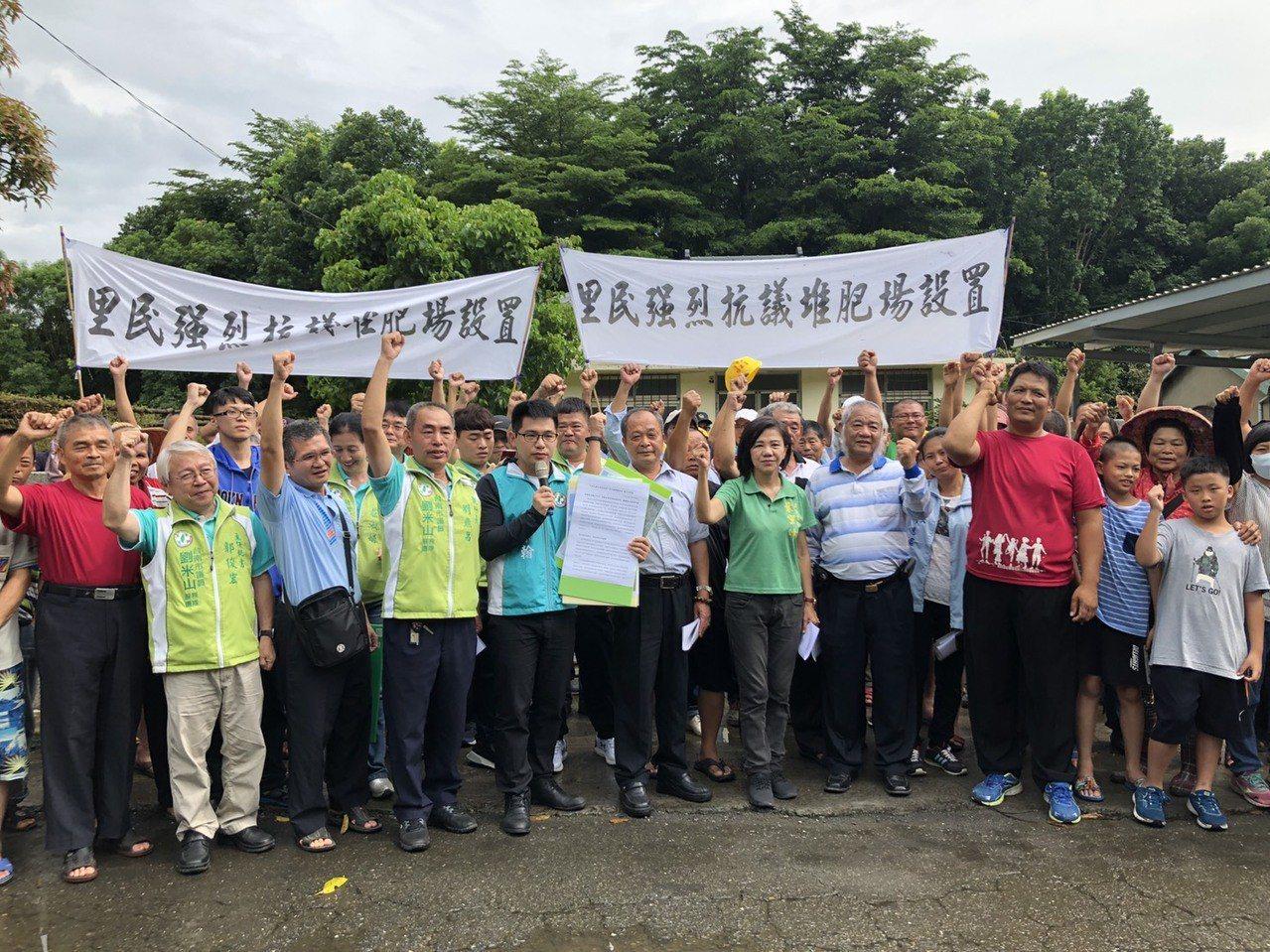 「農業循環資源利用研究中心」引來地方質疑,台南白河居民下午拉布條抗議。圖/台南市...