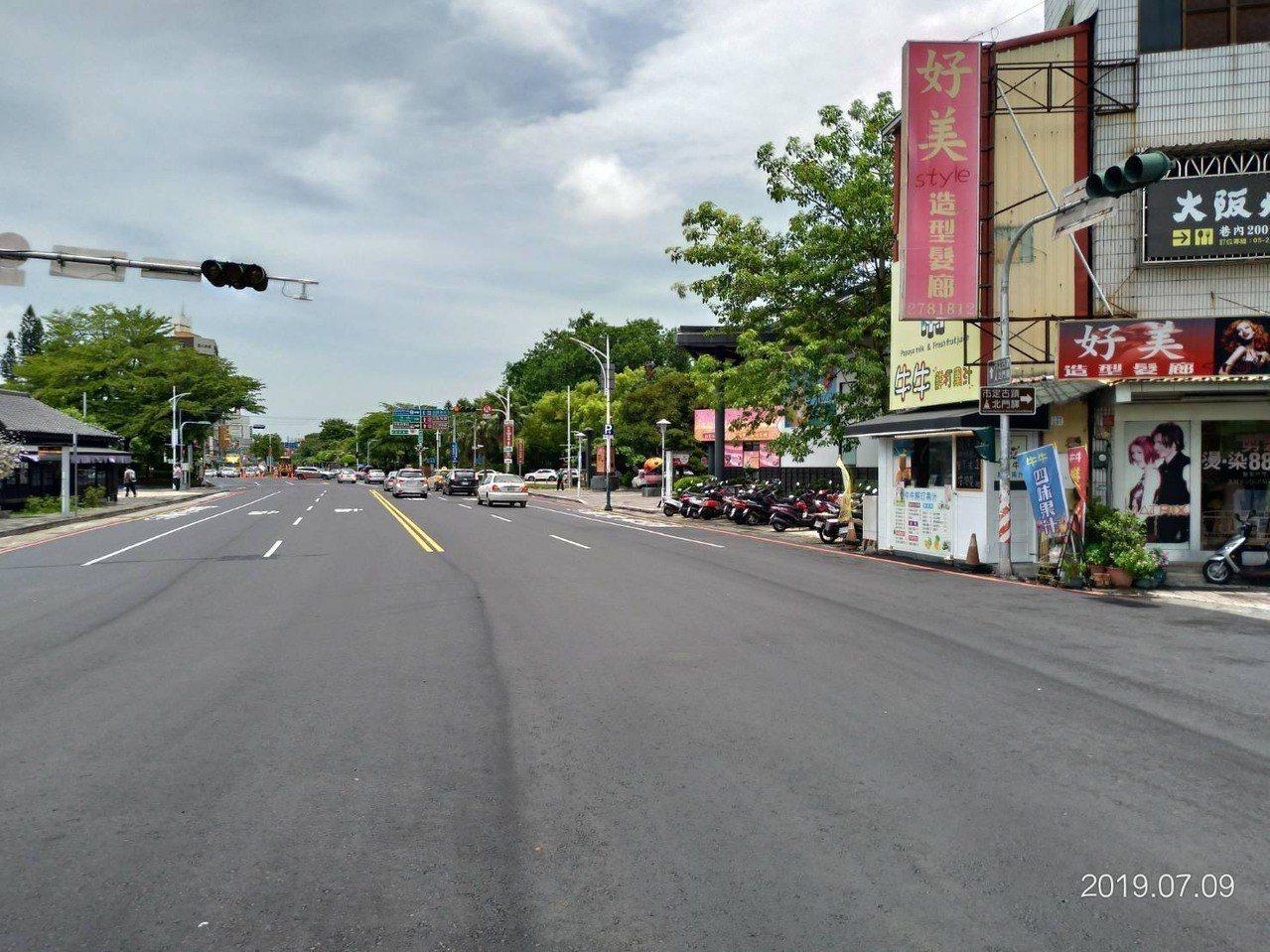 嘉義市府最近執行道路改善工程,希望人孔蓋下地,讓道路鋪得更平整。照/嘉義市府提供