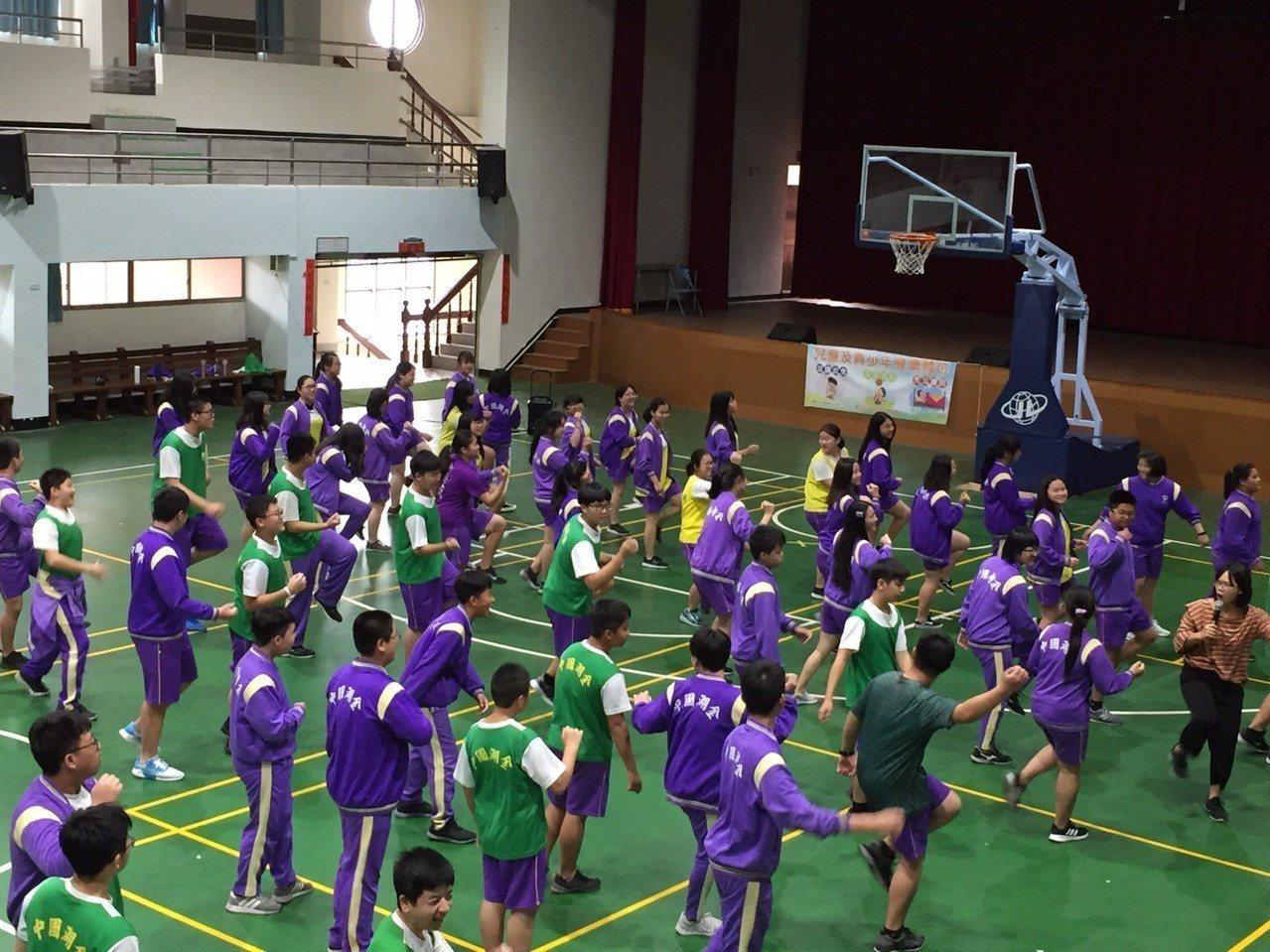 金門縣衛生局日前結合金湖國中辦理體重控制班,學生都在體育館內認真動一動,果然成功...