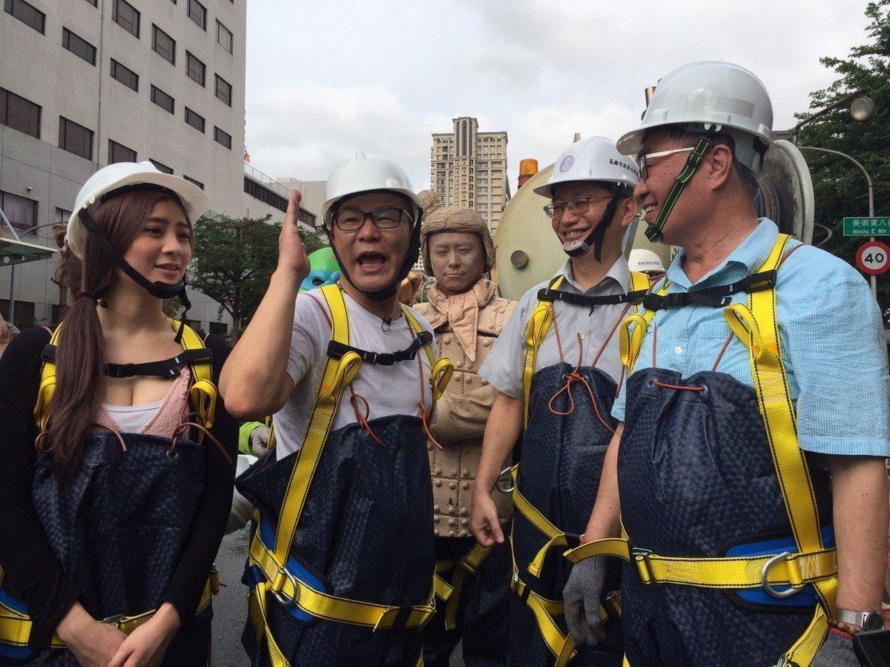 知名節目主持人沈玉琳(左二)今天和高雄市副市長李四川(右一)起到雨水下水道了解高...