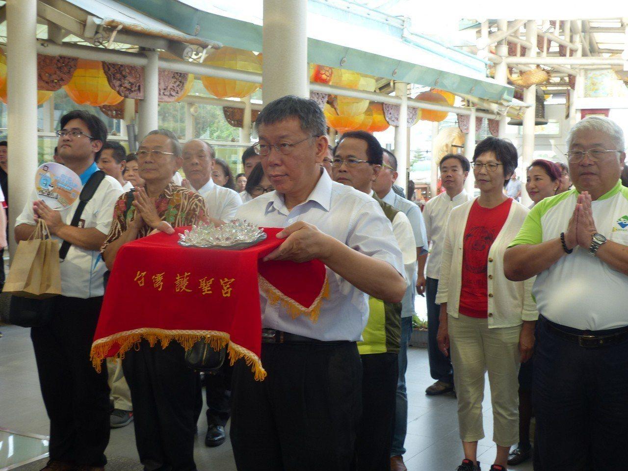 台北市長柯文哲今天下午到彰濱台玻館玻璃廟護聖宮,向媽祖參拜。記者劉明岩/攝影