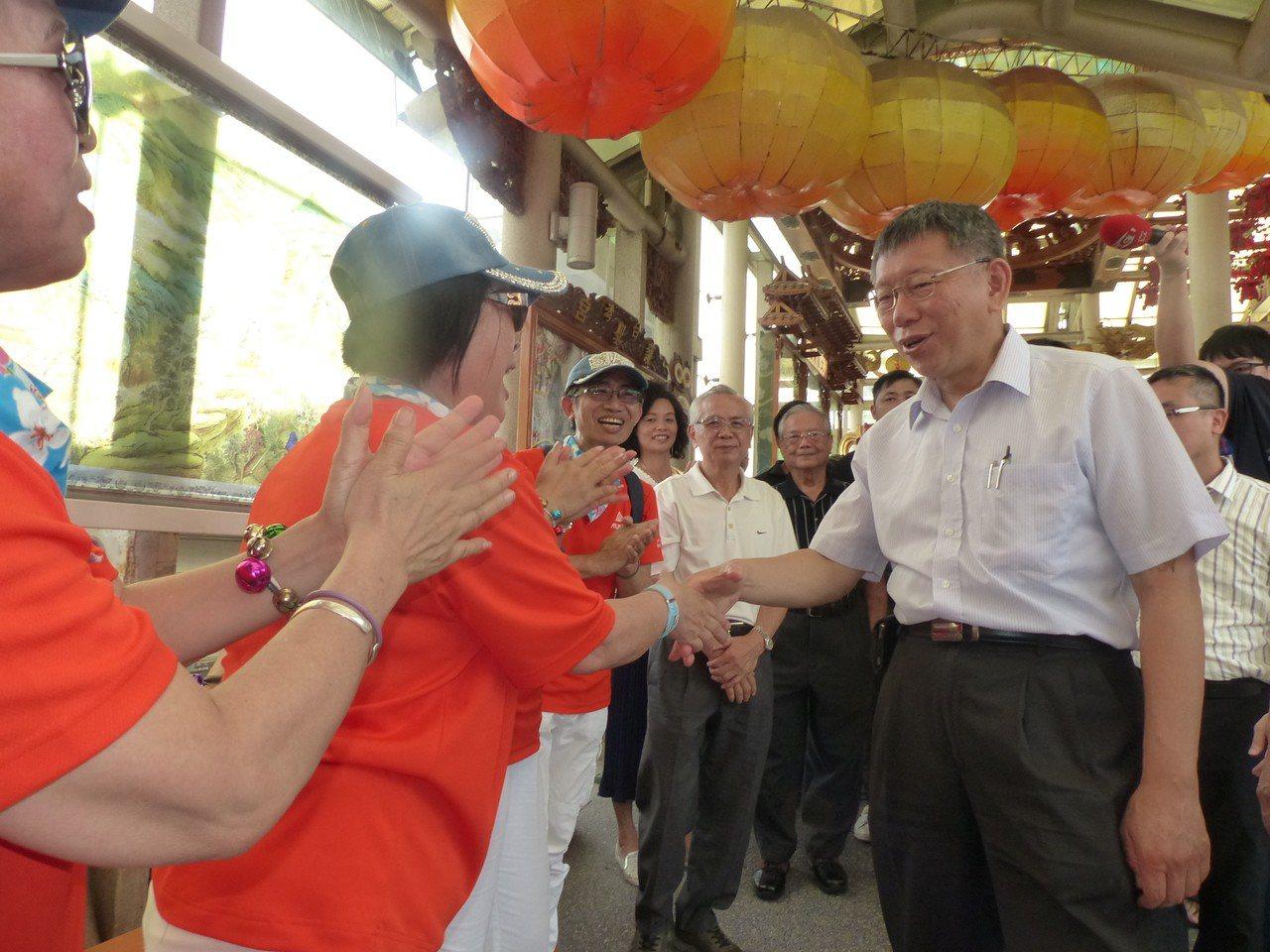 台北市長柯文哲今天下午到彰濱台玻館玻璃廟護聖宮,向媽祖參拜,受到民眾歡迎。記者劉...