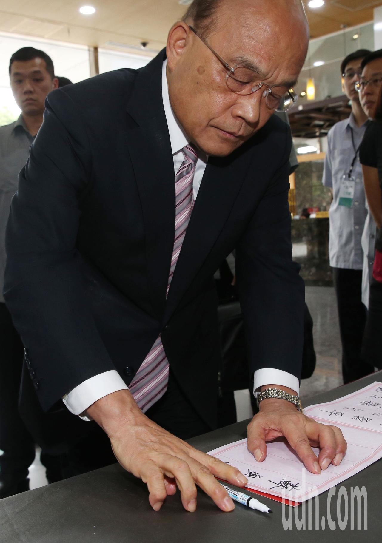 行政院長蘇貞昌下午進入頒獎活動會場前,在貴賓報到桌簽名時,心平氣和一筆一畫簽完名...