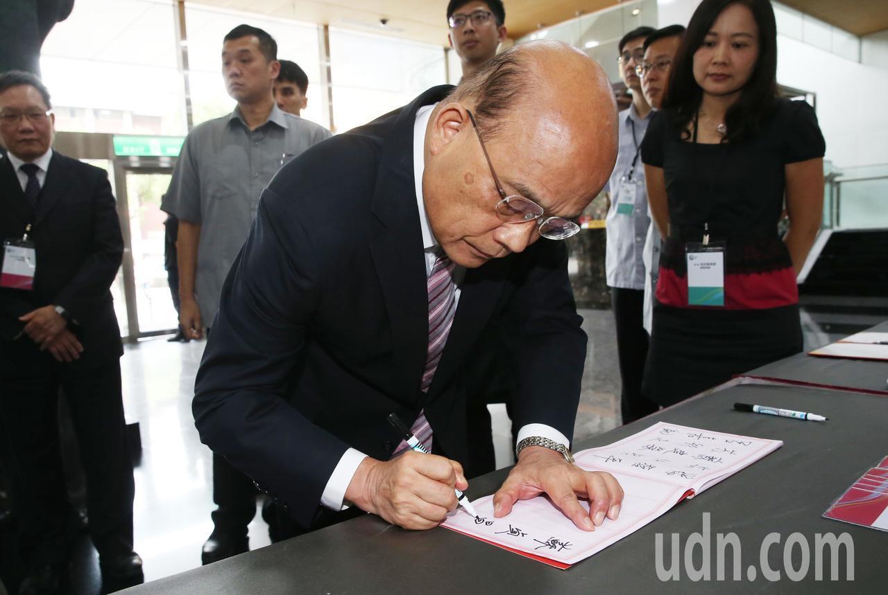 行政院長蘇貞昌下午出席頒獎典禮前,接受媒體聯訪時,除嚴肅澄清日前赴屏東弔唁簽名時...
