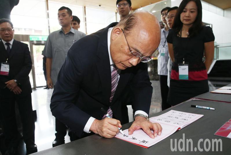 網傳影片指行政院長蘇貞昌疑出席鐵路警察李承翰的告別式,簽名後摔筆,蘇貞昌已澄清並非事實。記者林俊良/攝影