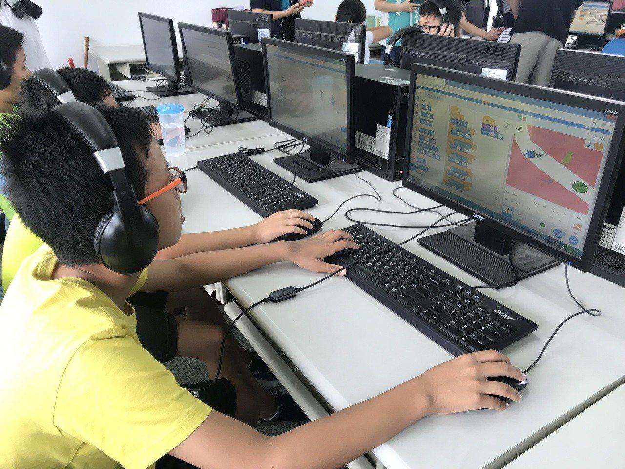 「科丁教育」今天在北辰國小電腦教室開訓,小朋友開心玩電腦學程式。記者蔡維斌/攝影