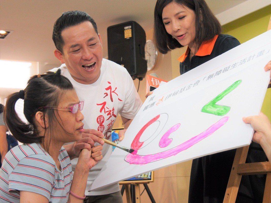 伊甸公益大使屈中恆(中)與身障畫家小蘭共同呼籲社會大眾支持無障礙生活計畫。圖/伊