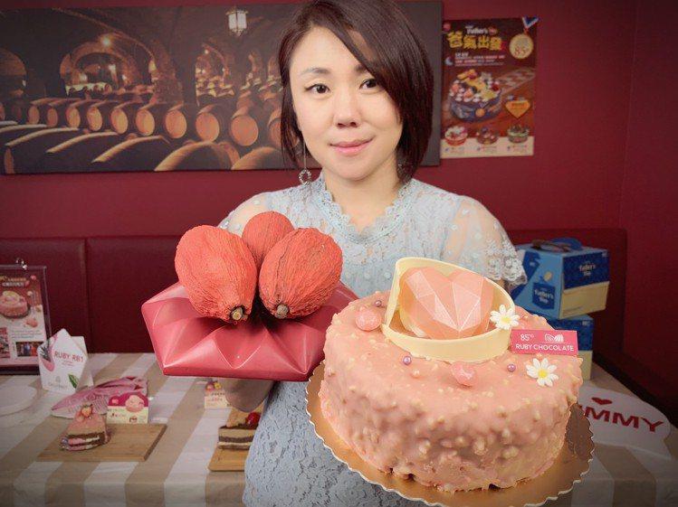紅寶石巧克力蛋糕以及紅寶石巧克力的果實(圖後)。圖/85˚C提供