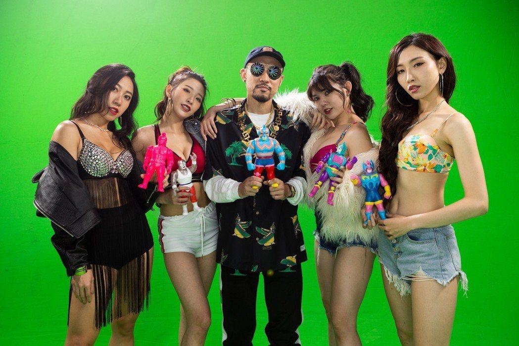 熱狗今天中午推出和艾怡良合作的新歌「怨偶」MV。圖/本色提供