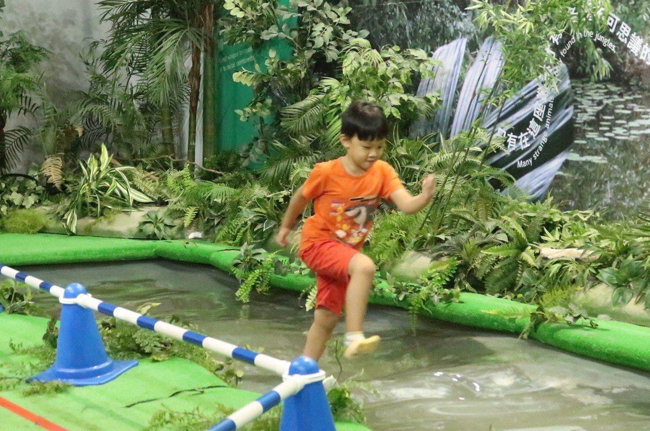 小朋友模仿雙冠蜥在水面上奔跑,體驗輕功水上飄的快感。記者徐如宜/攝影