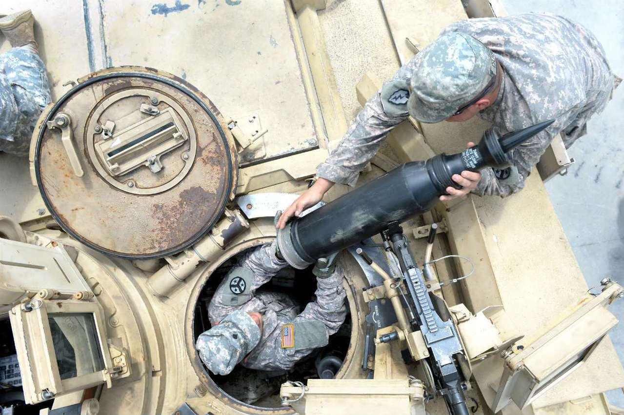 美國陸軍M1戰車乘員,以接力方式將120公釐穿甲彈送入砲塔。圖/美國陸軍檔案照