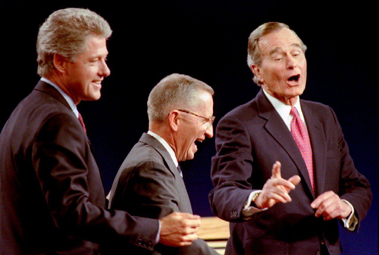柯林頓、裴洛、老布希(由左至右)曾在1992年美國總統大選期間同台辯論。美聯社